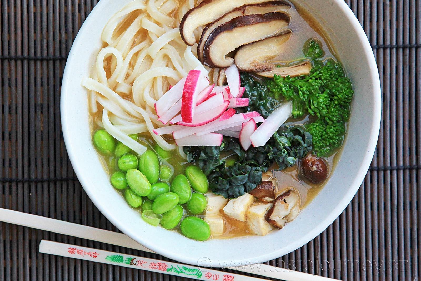 Miso pasta ochutí vývar a s přidáním dalších surovin získáte zdravou polévku