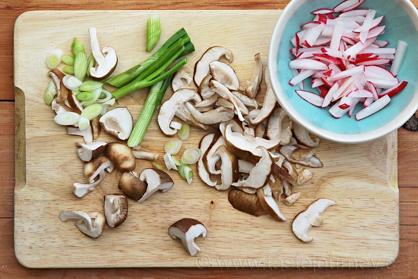 Shiitake houby, jarní cibulka a červená ředkvička do polévky miso