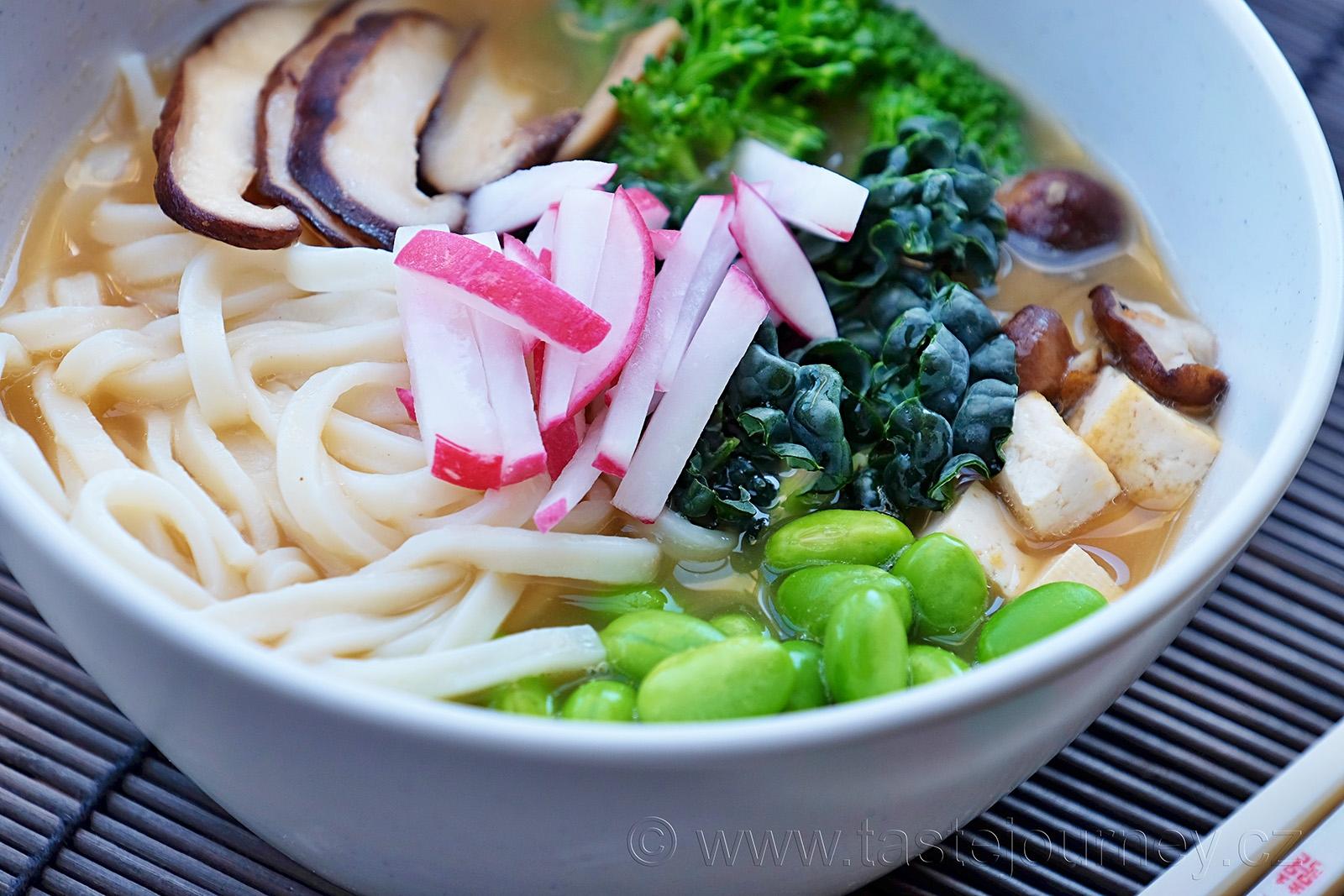 Ředkvička, brokolice, kadeřávek, edamame a shiitake v miso polévce