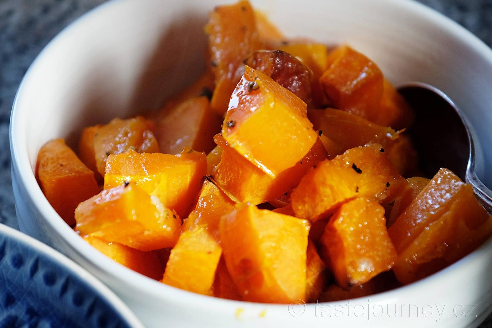 Polévku ochuťte bylinkami a podávejte s pečivem