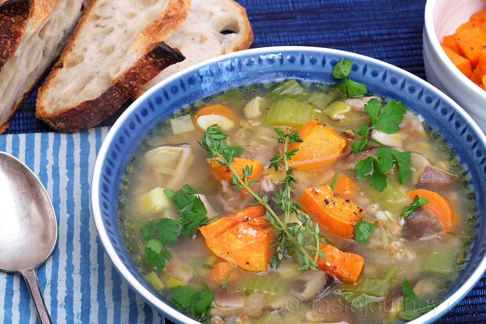 Exotické houby v polévce s dýní a špaldovými kroupami
