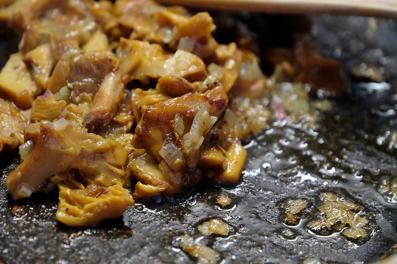 Lišky orestujte a ozdobte jimi polévku