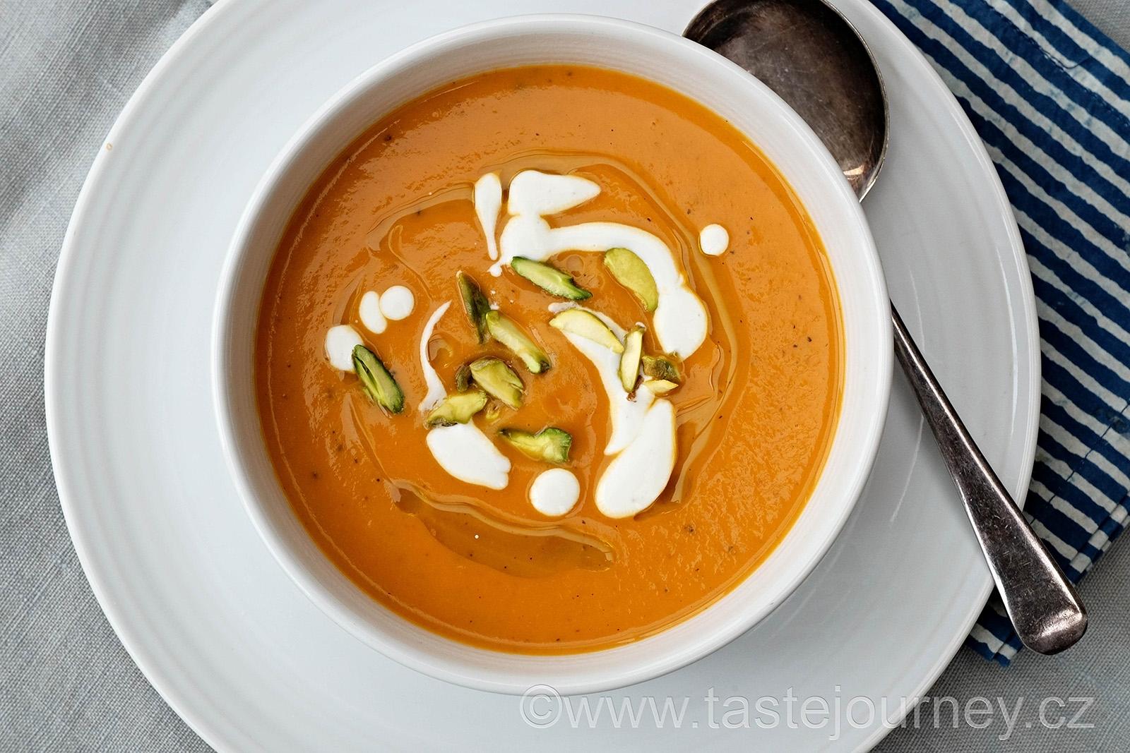 Polévka s pečených paprik a batátů s jogurtem a pistáciemi