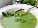 Polévku dopňte hráškem a ochuťte mátou