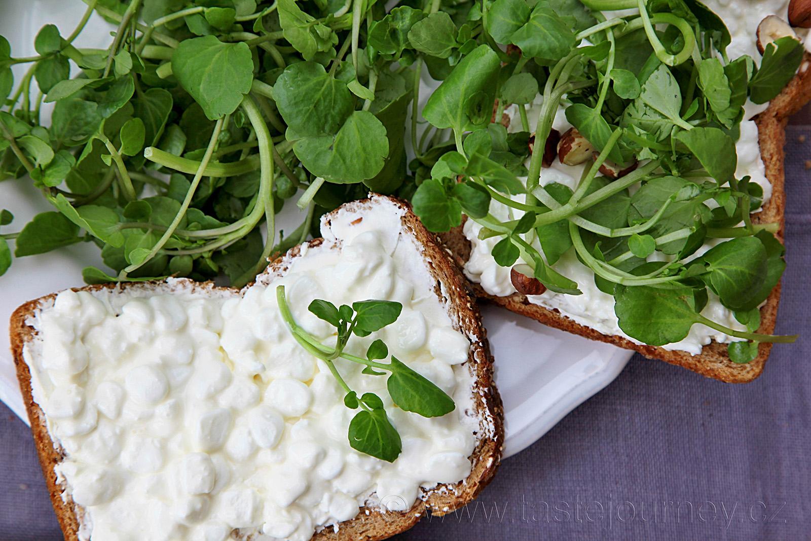 Na tmavý chléb dejte cottage cheese a doplňte potočnicí