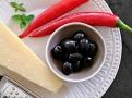 Nezbytná dochucovadla- chilli papričky, černé olivy a parmazán