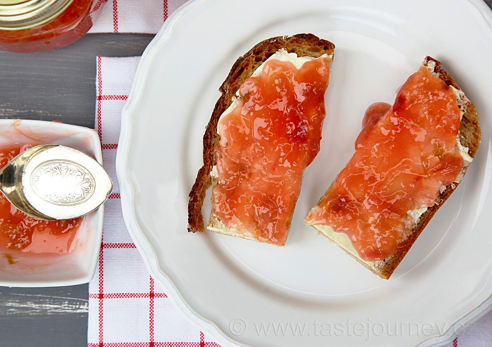 Rebarboroý džem nejlépe chutná na plátku kváskového chleba