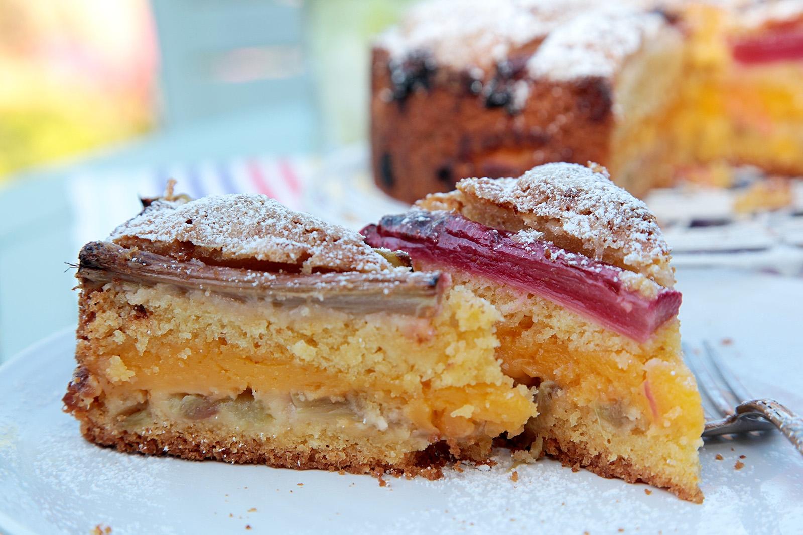 Třený koláč plný pudinku a rebarbory