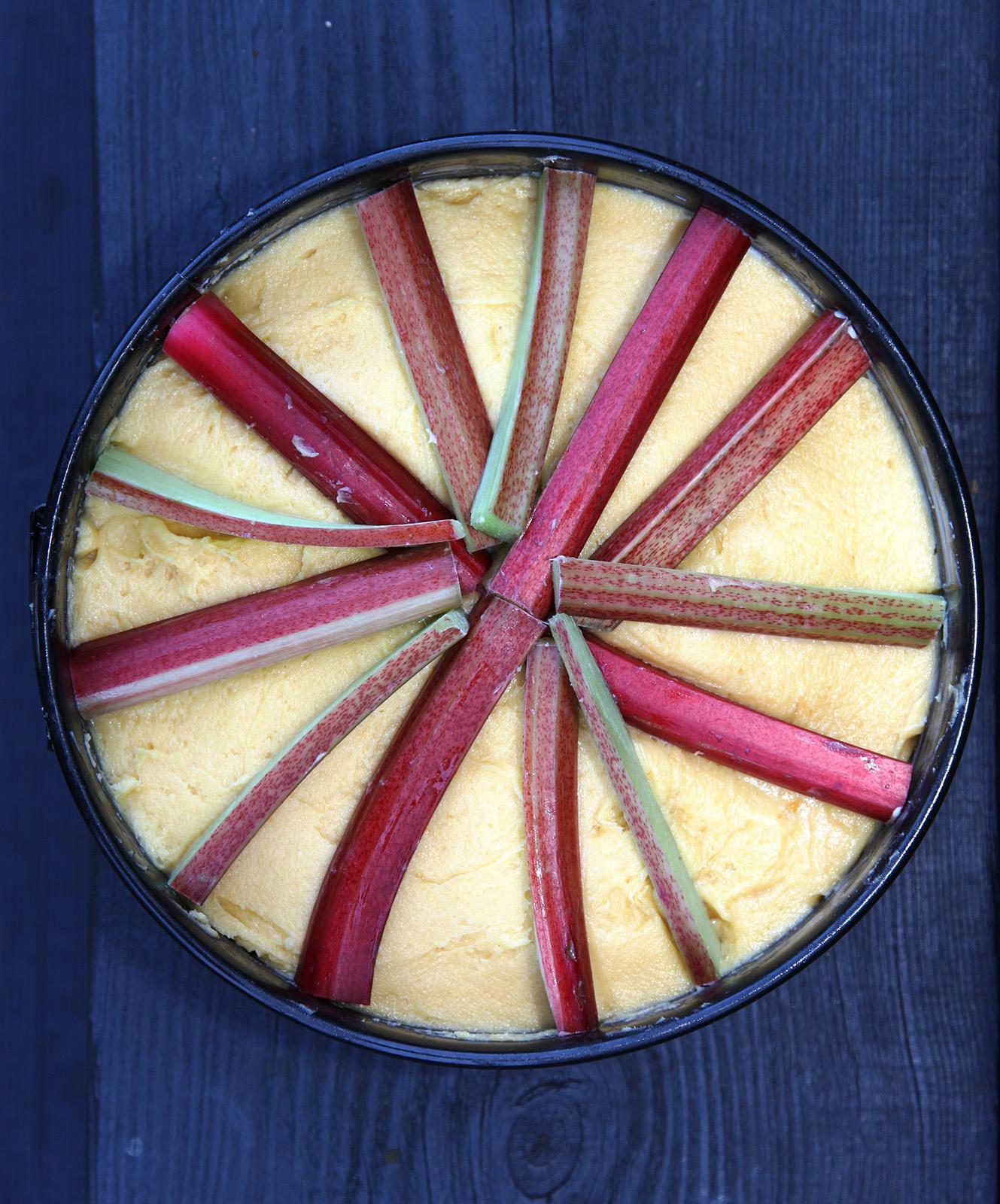 Červené stonky rebarbory pokládajte na koláč hvězdicově