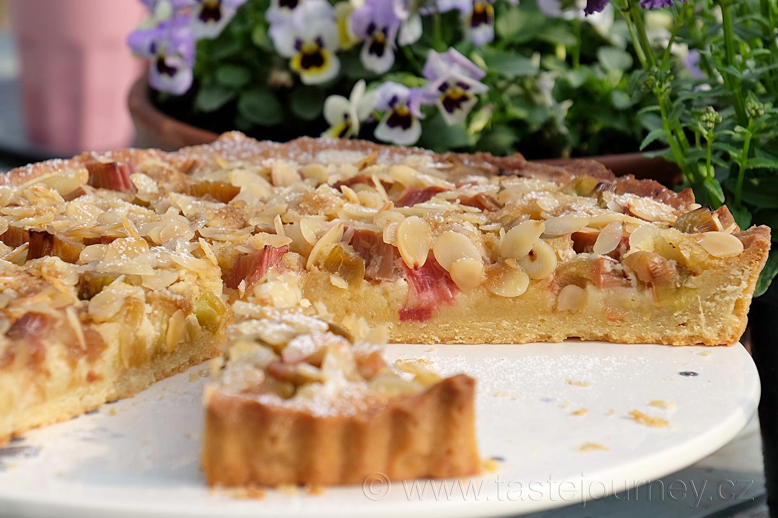 První dotek léta - rebarborový koláč s mandlovou náplní