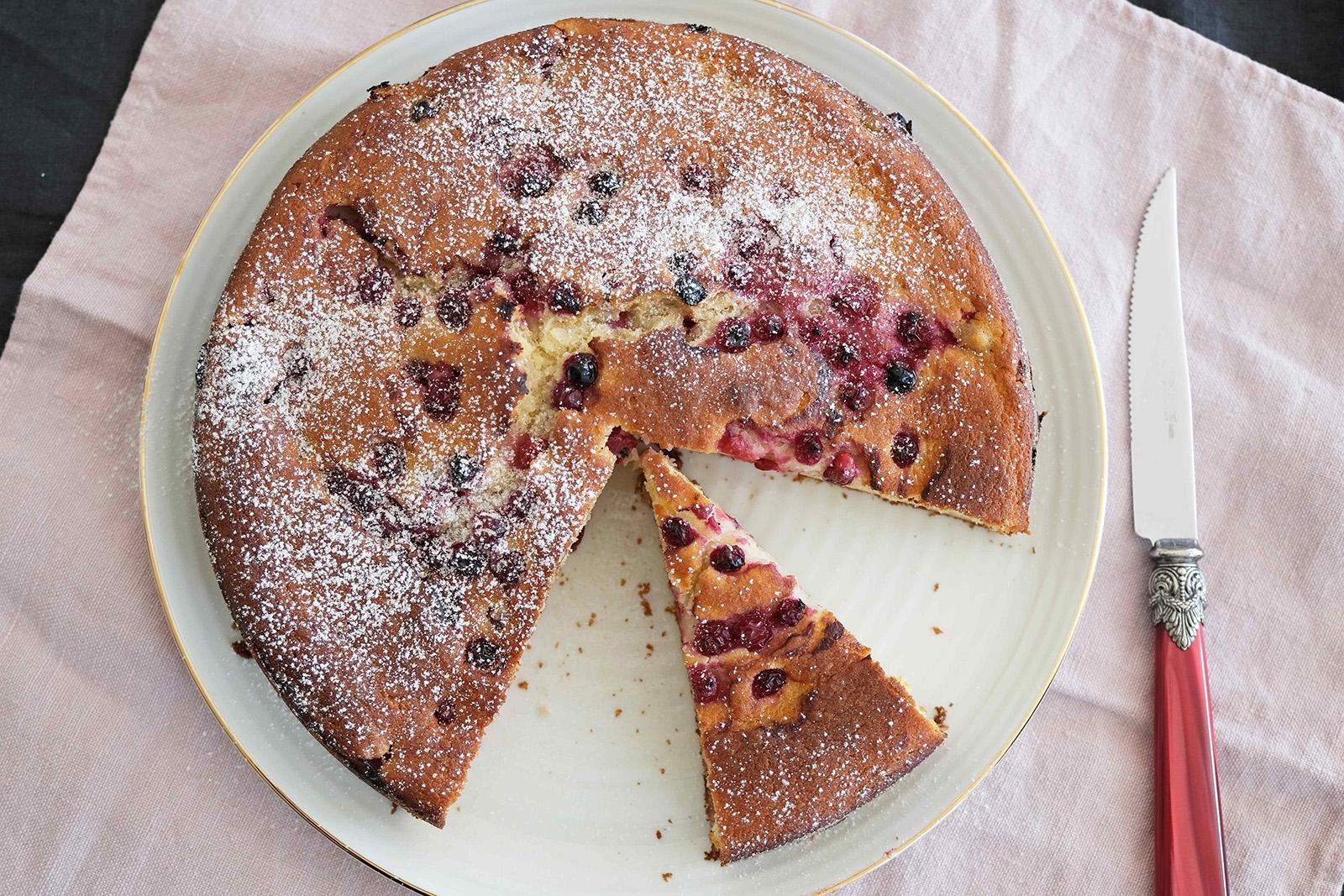 Tento rychlý koláč je s ricottou, můžete však použít i tučný tvaroh. Ovoce použijte zmrazené anebo třeba čerstvé maliny nebo borůvky