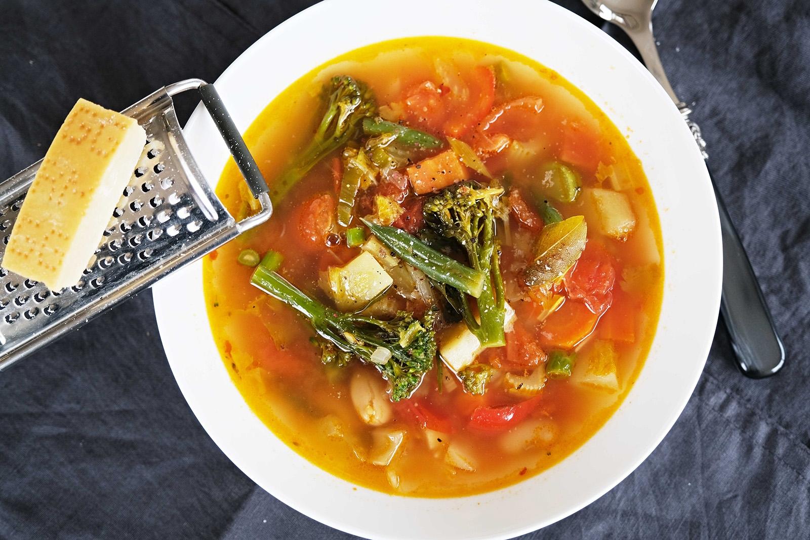 Italská zeleninová polévka minestrone. Pro dochucení použijte parmazán.