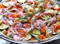 Italský salám s feferonkami přinese pikantní chuť rozmarýnové pizze