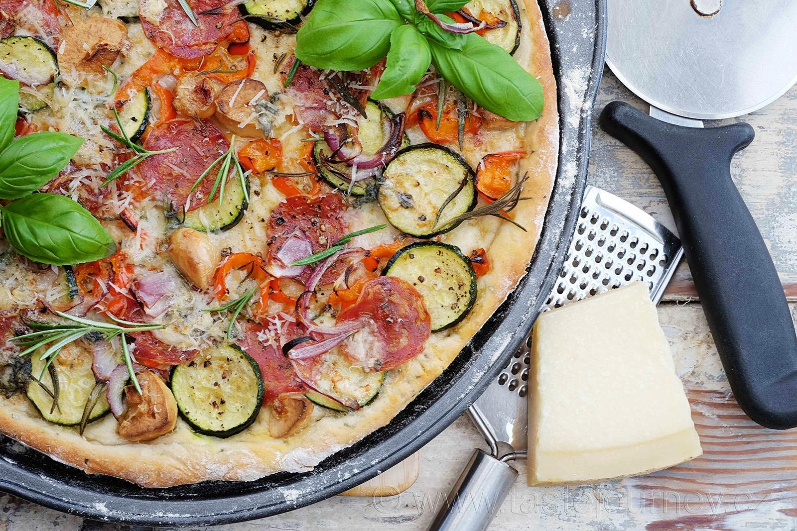 Nezbytný parmazán na posypání pizzy