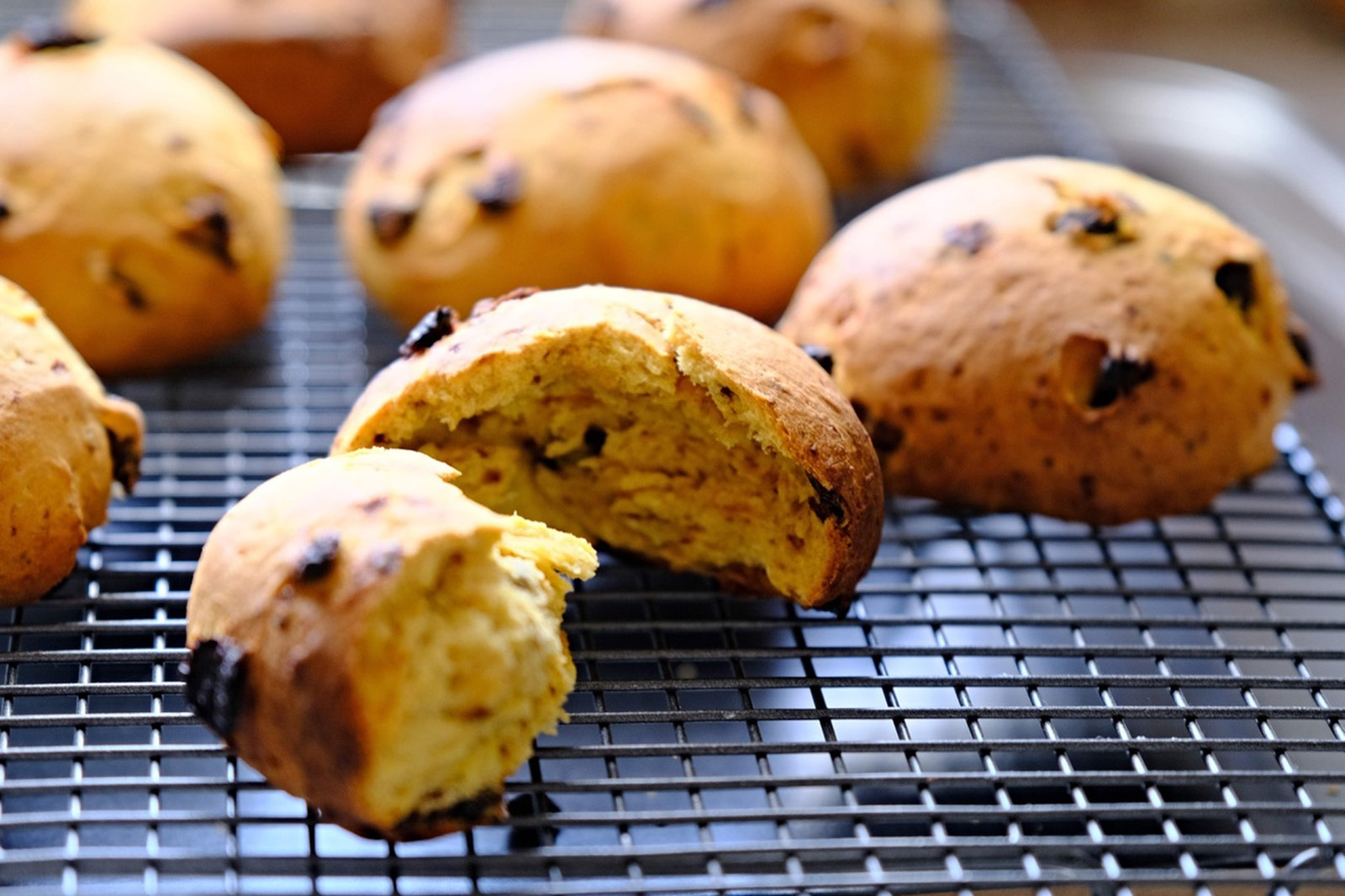 Šafránové bochánky - tradice se obecně udržela až do dnešních dnů a v oblasti Cornwallu a Devonu dosáhla pekařského věhlasu