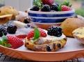 Rozkrojené šafránové bochánky servírujte s hustou smetanou a spoustou ovoce