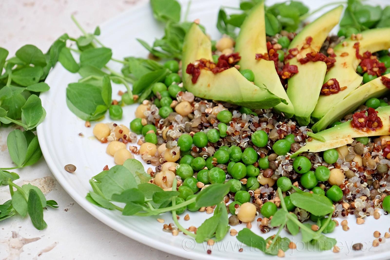 Avokádo a hrášek s hráškovými lístky hrají prim v tomto zdravém salátu