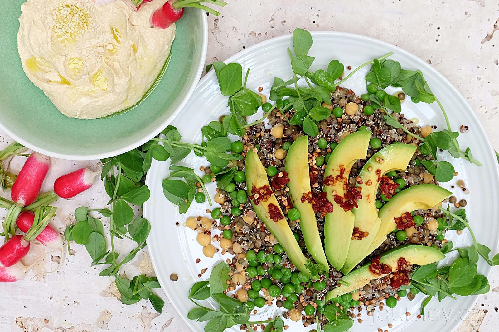 Hráškový salát s avokádem podávejte s humusem a ředkvičkami