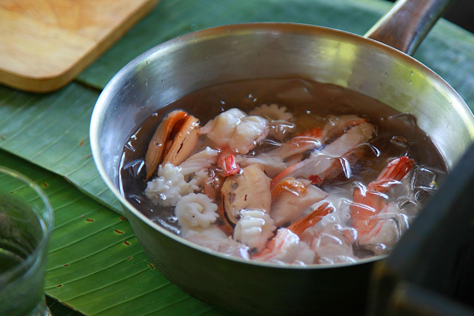Rybu a mořské plody blanšírujte, tedy jen ponořte do vroucí vody a zchlaďte