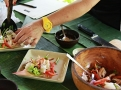 Aranžujte na listu květu banánovníku a salátovém lístku