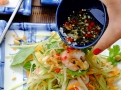 Nechte každého aby si salát polil omáčkou nuoc cham