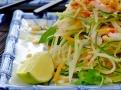 Upravte salát do výšky a servírujte s limetkou