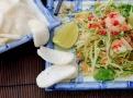 Salát ze zelené papáji se podává s krevetími crekery