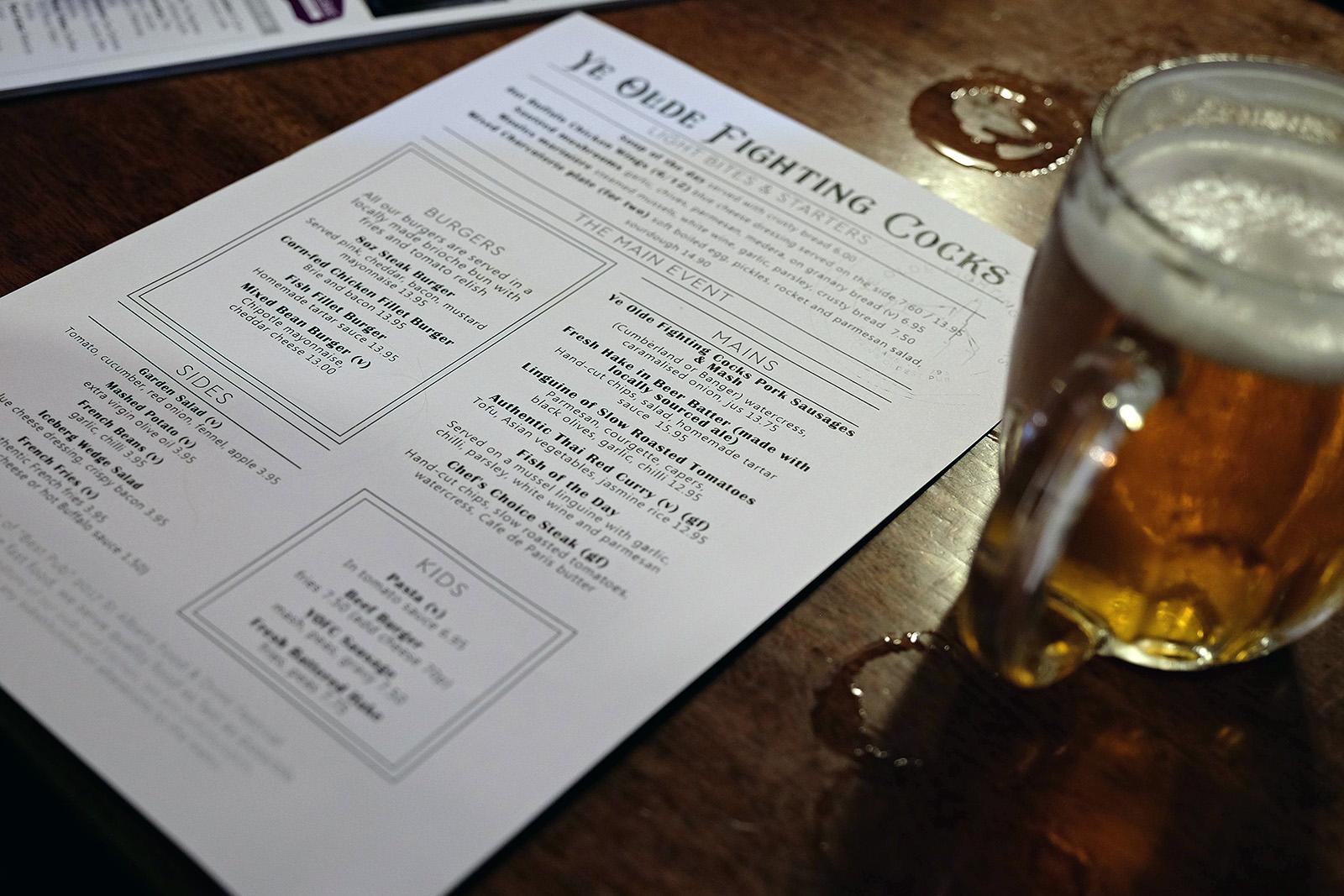 Hospoda je úžasná. Protknutá historií, do dneška bojující jako kohout o titul nejstarší pub v Anglii