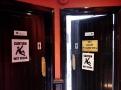 I záchody jsou rozděleny stylově: Slepice a kohouti. A kohouti nesmí bojovat!