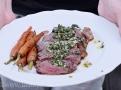 Hovězí steak s pikantní bylinkou omáčkou chimichuri a mrkvičkami