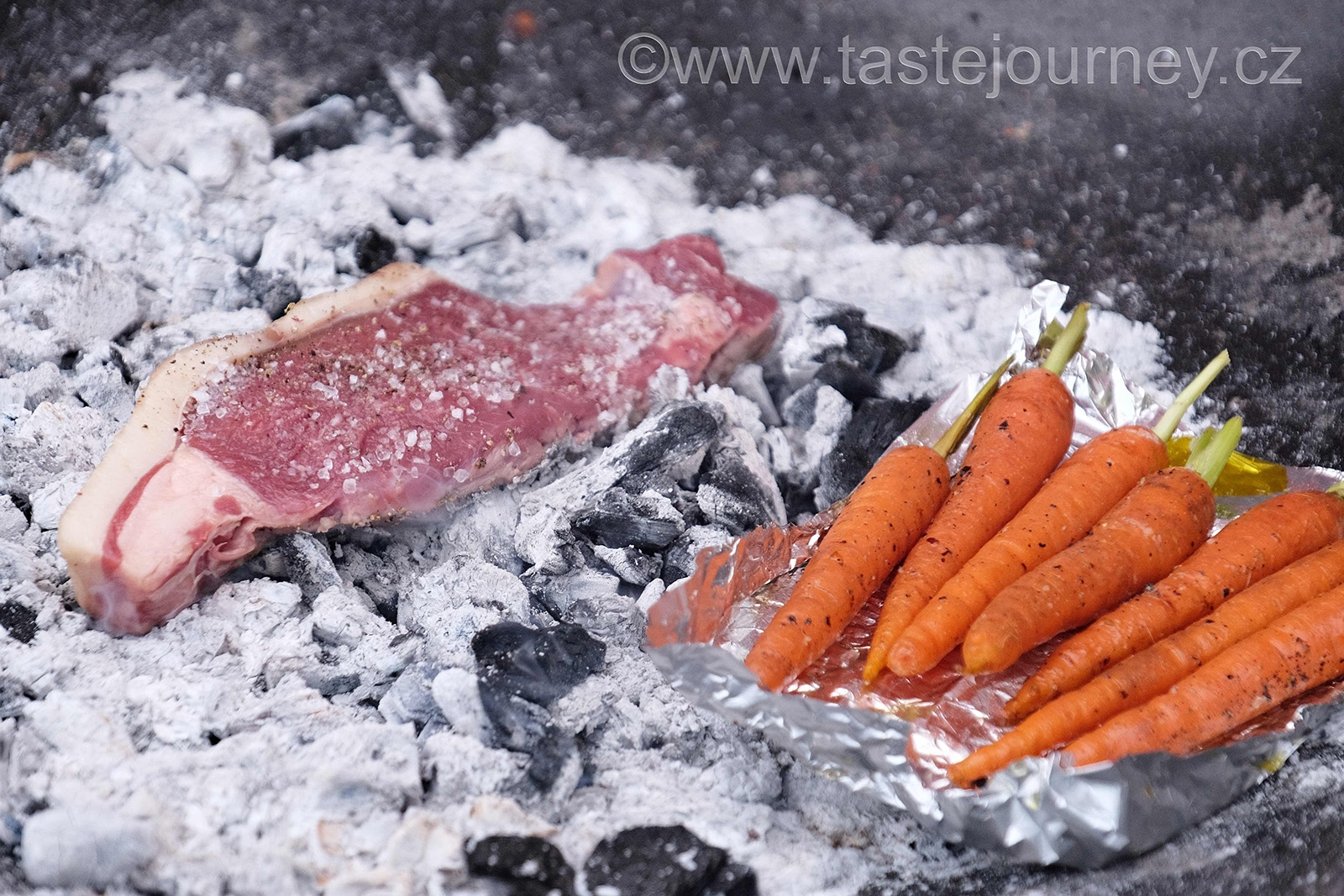 Steak  grilovaný  přímo na rozpáleném uhlí s mrkvičkami