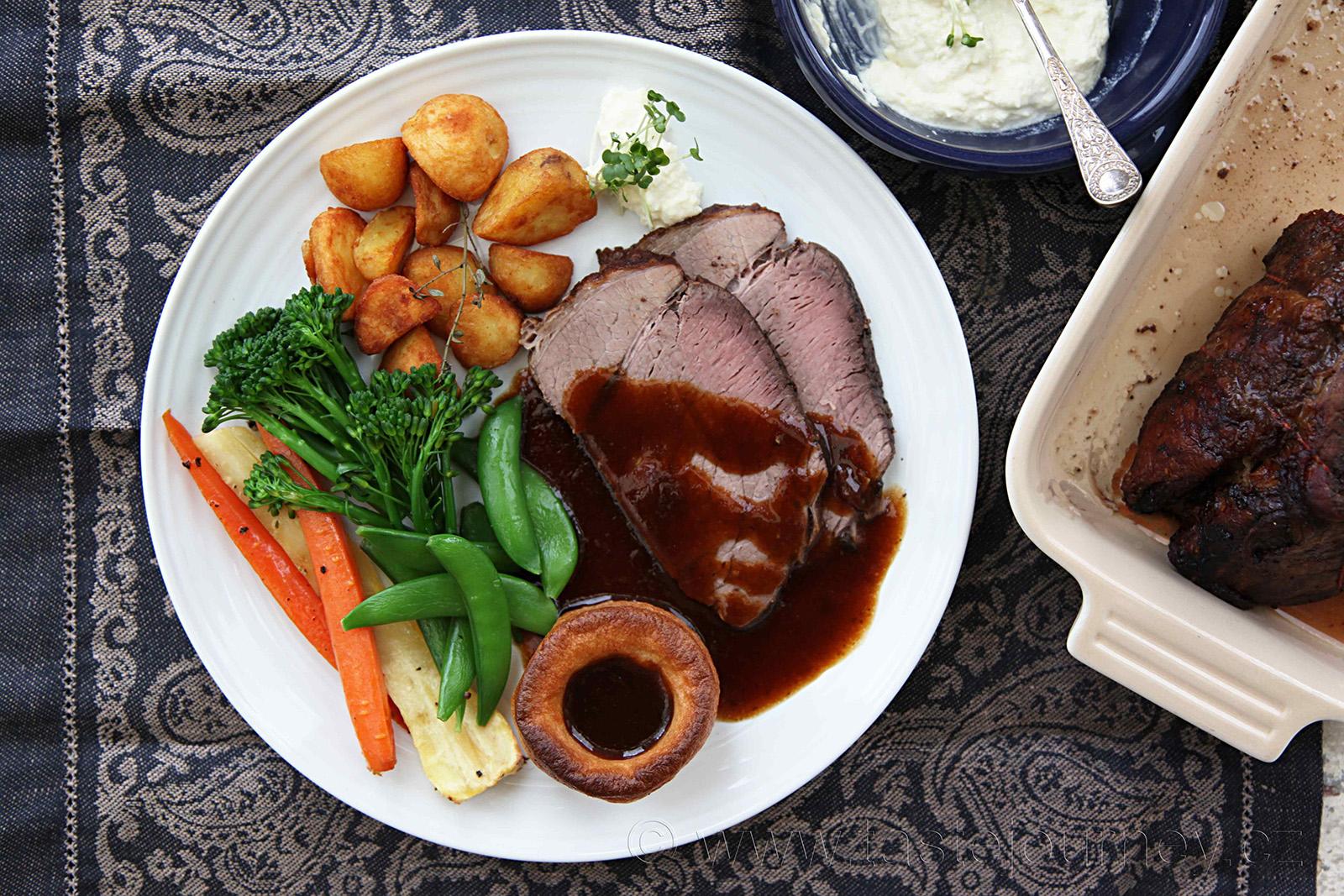Nedělní Roast Beef s bramborami, zeleninou a yorkshirským pudinkem