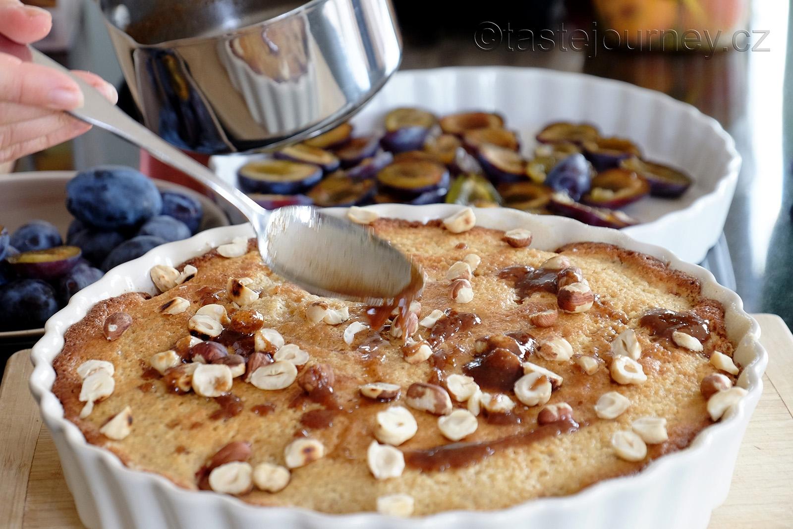 Navrch posypte ořechy a pokapejte máslem se skořicí a cukrem
