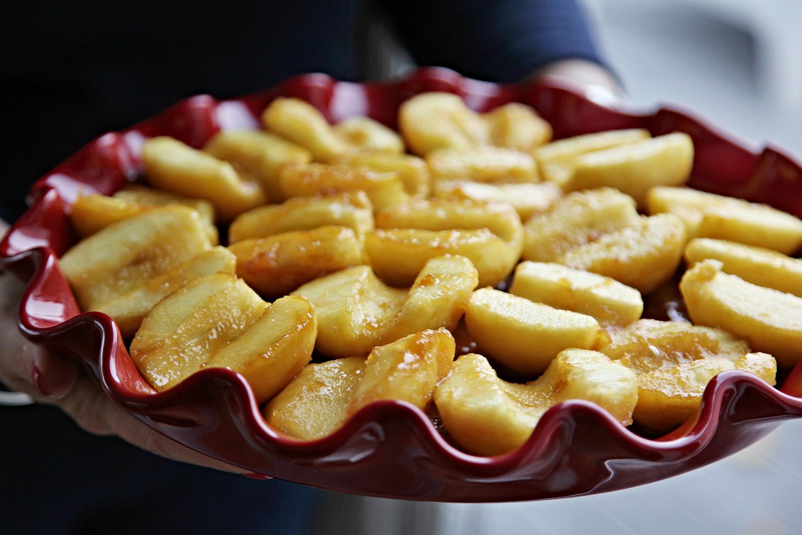 Jablka v karamelu a největší vrstva je na dně formy
