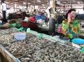 Perfektně čerstvé krevety nakupují Thajci na tržišti