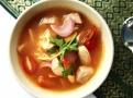 Tom Yam polévka může mít mnoho variant, s krevetami, kuřecím, hovězím nebo vepřovým masem