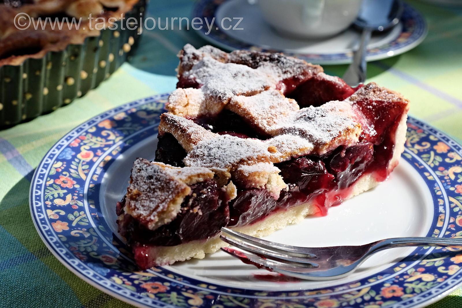 Šťavnaté třešně v mřížkovém koláči