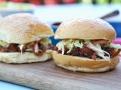 Šťavnaté vepřové v pikantní omáčce v burgeru