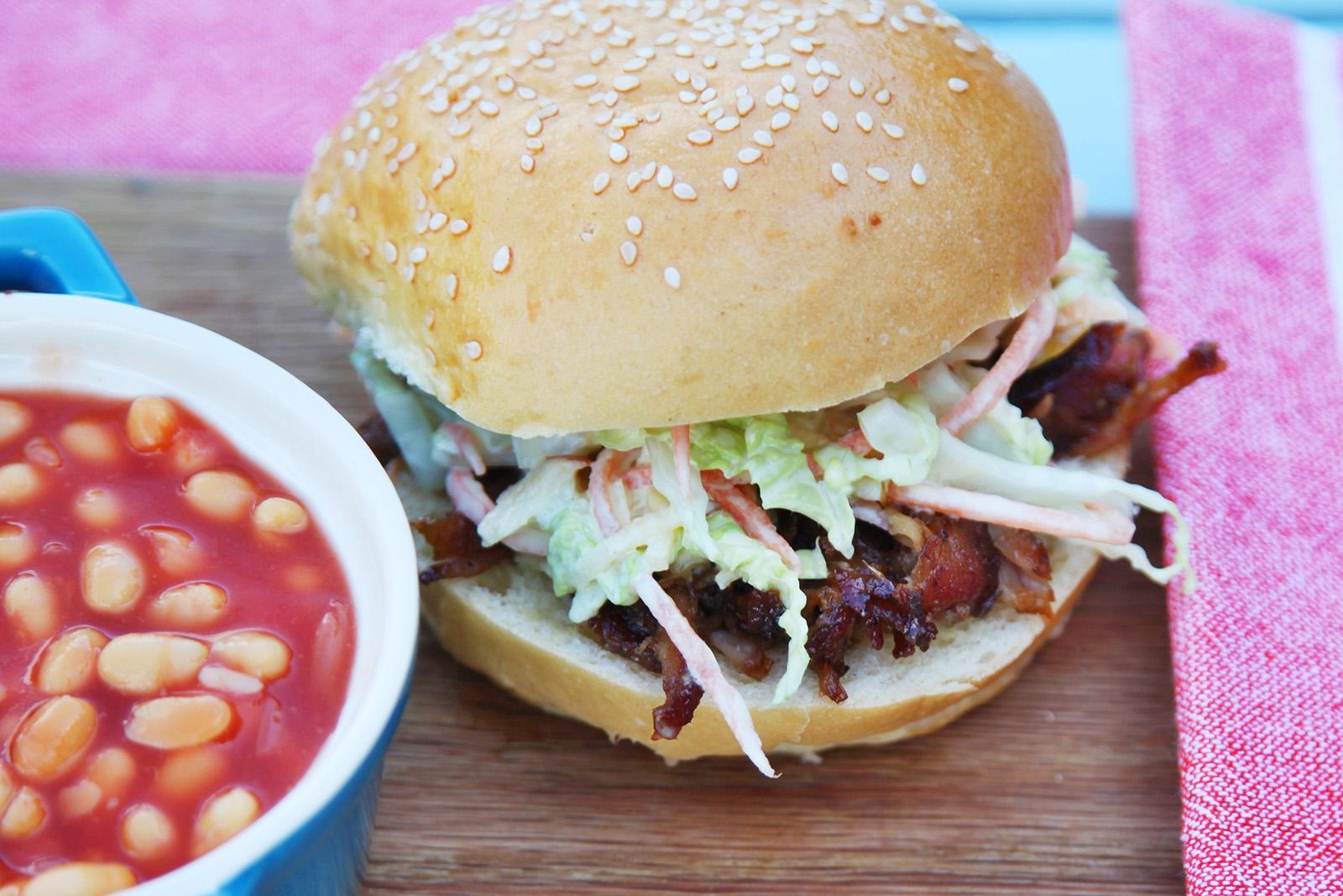 Trhané vepřové na jižanský způsob v burgeru