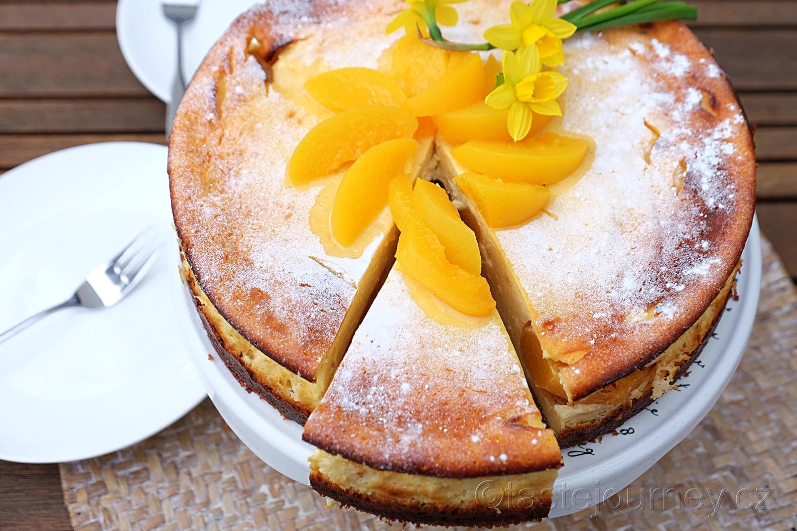 Tvarohový dort s broskvemi oživí váš velikonoční stůl