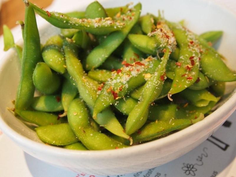 edamame – zelené sojové boby s česnekem a chilli solí
