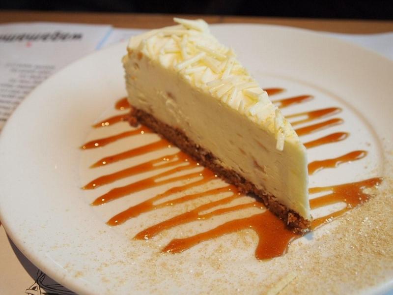 white chocolate and ginger cheesecake – tvarohový zázvorový dort z bílé čokolády s karamelovou polevou