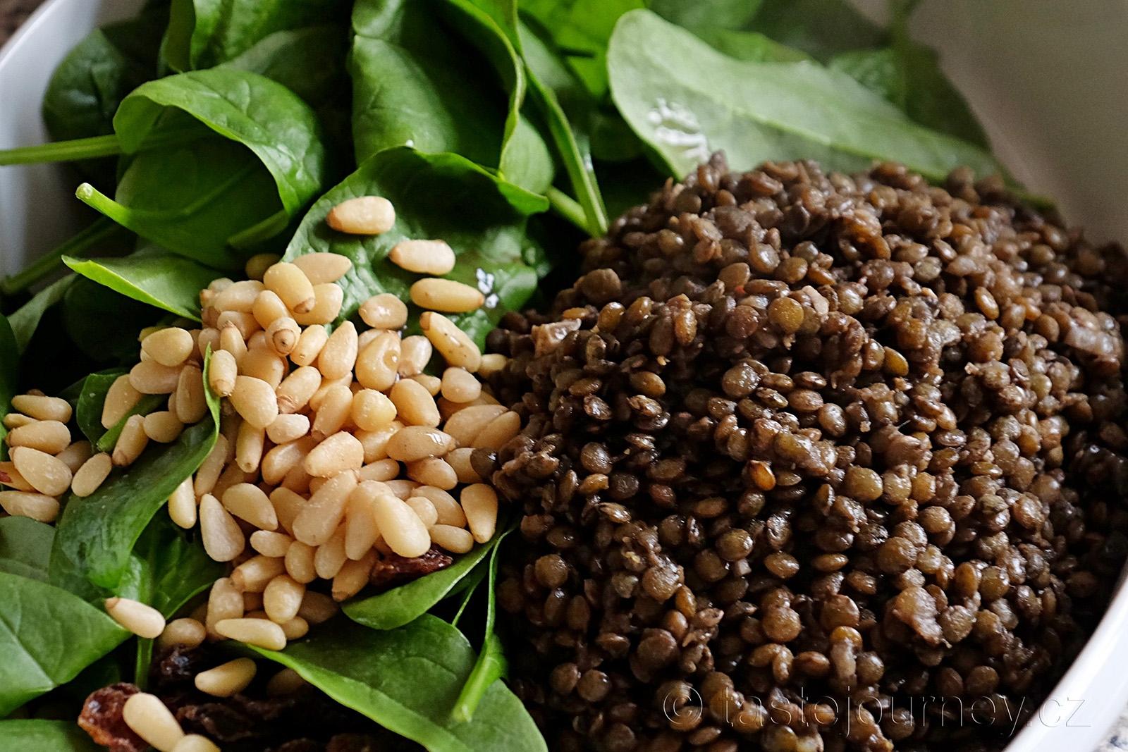 Rozinky, piniové oříšky a špenátové lístky doplní zelenou čočku