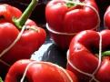Naplněné půlky paprik svažte pevně provázkem jako balíček