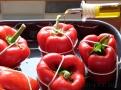 Papriky před pečením ještě polijte kvalitním olivovým olejem