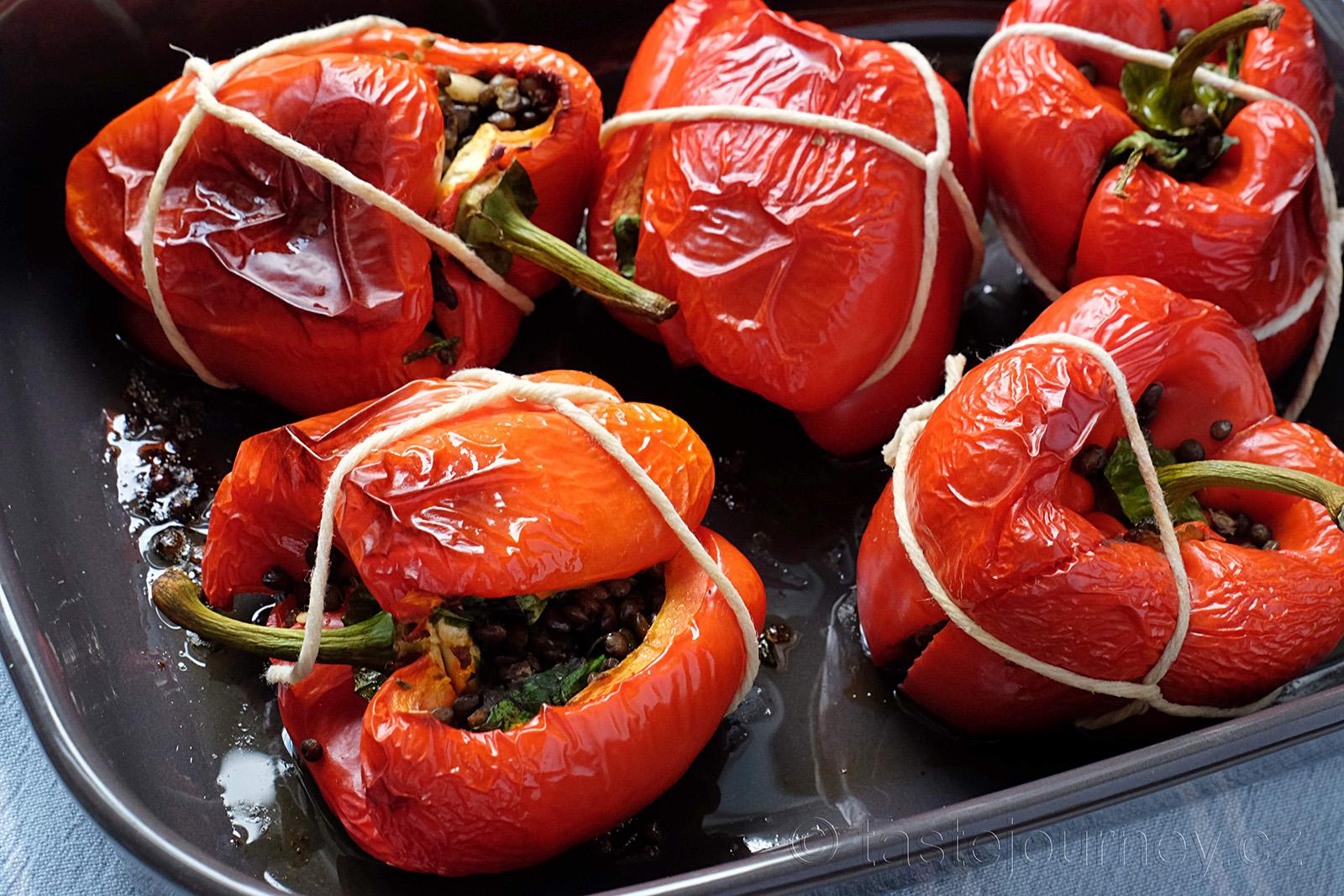 Sladký obal, orientální chuť uvnitř, to jsou zapečené papriky s čočkou a špenátem