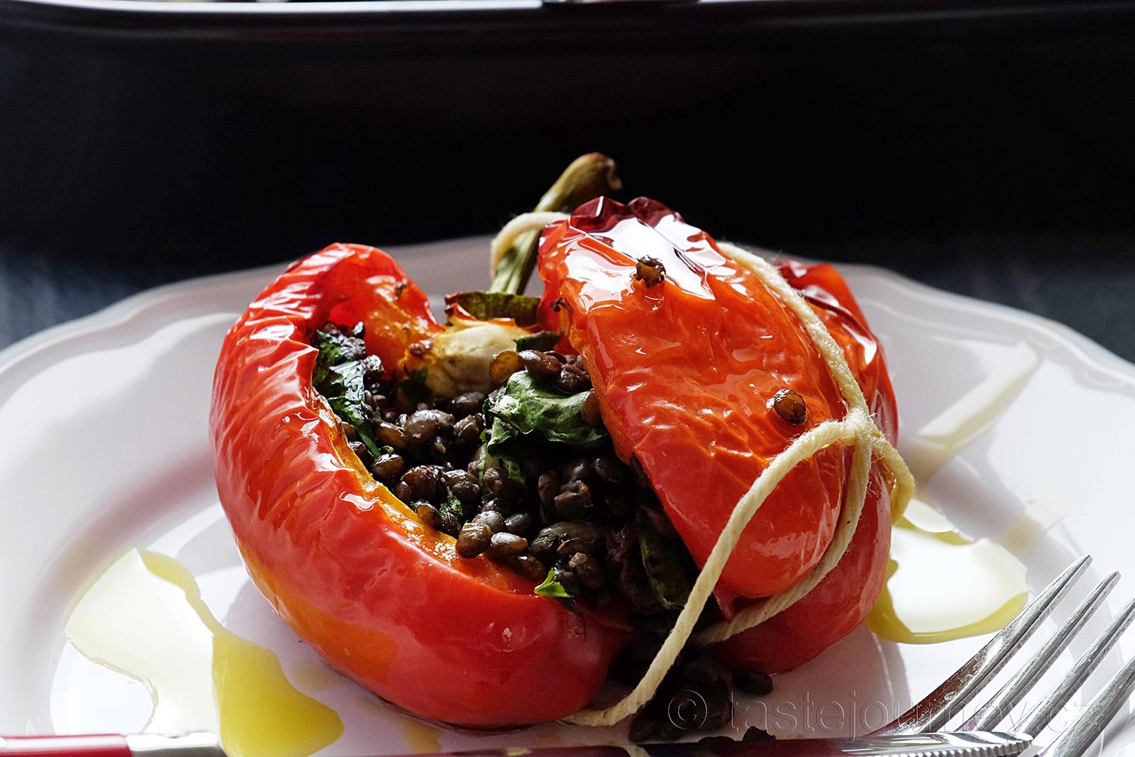 Nutričně vyvážený vegetariánský pokrm - plněné papriky zelenou čočkou