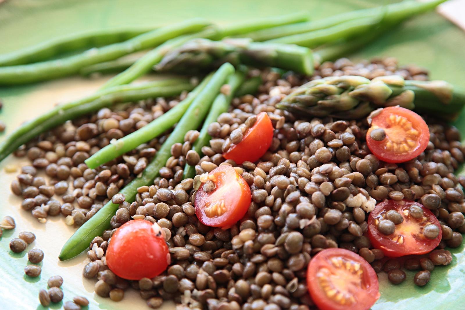Česnekový dresink, fazolky, chřest a rajčata ideální doplnění čočky