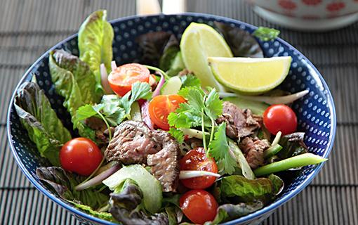 Thajský pikantní salát s plátky hovězího masa