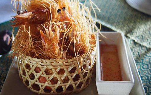 Krevety v sarongu. Unikátní kombinace krevet a rýžových nudlí